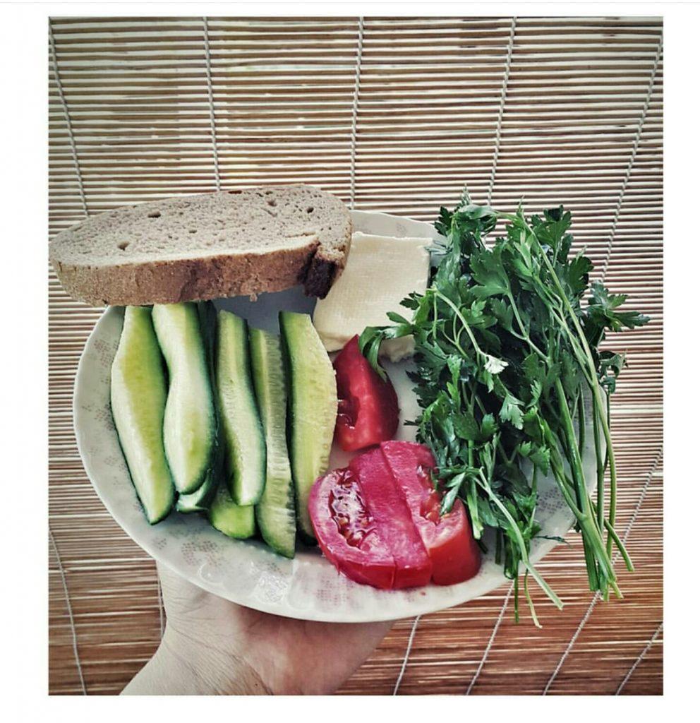 Domates salatalık maydanoz ekmek